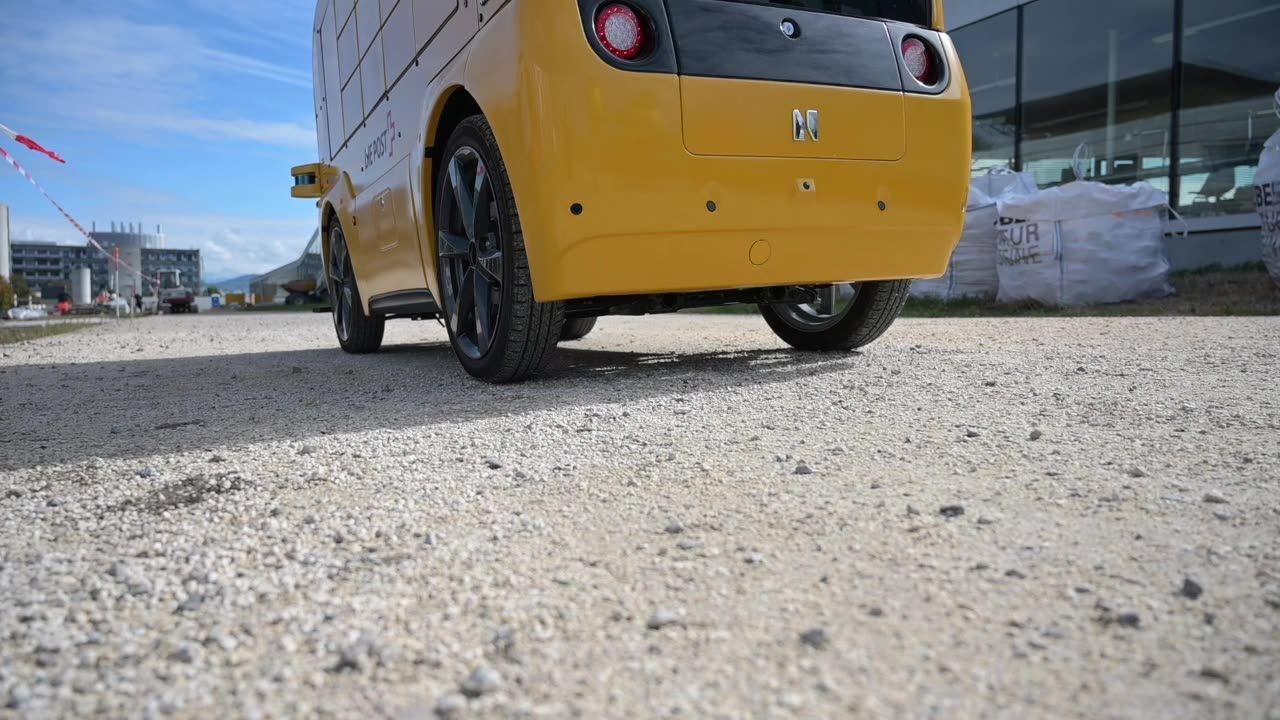 Lausanne: Un véhicule autonome teste la livraison de repas à l'EPFL